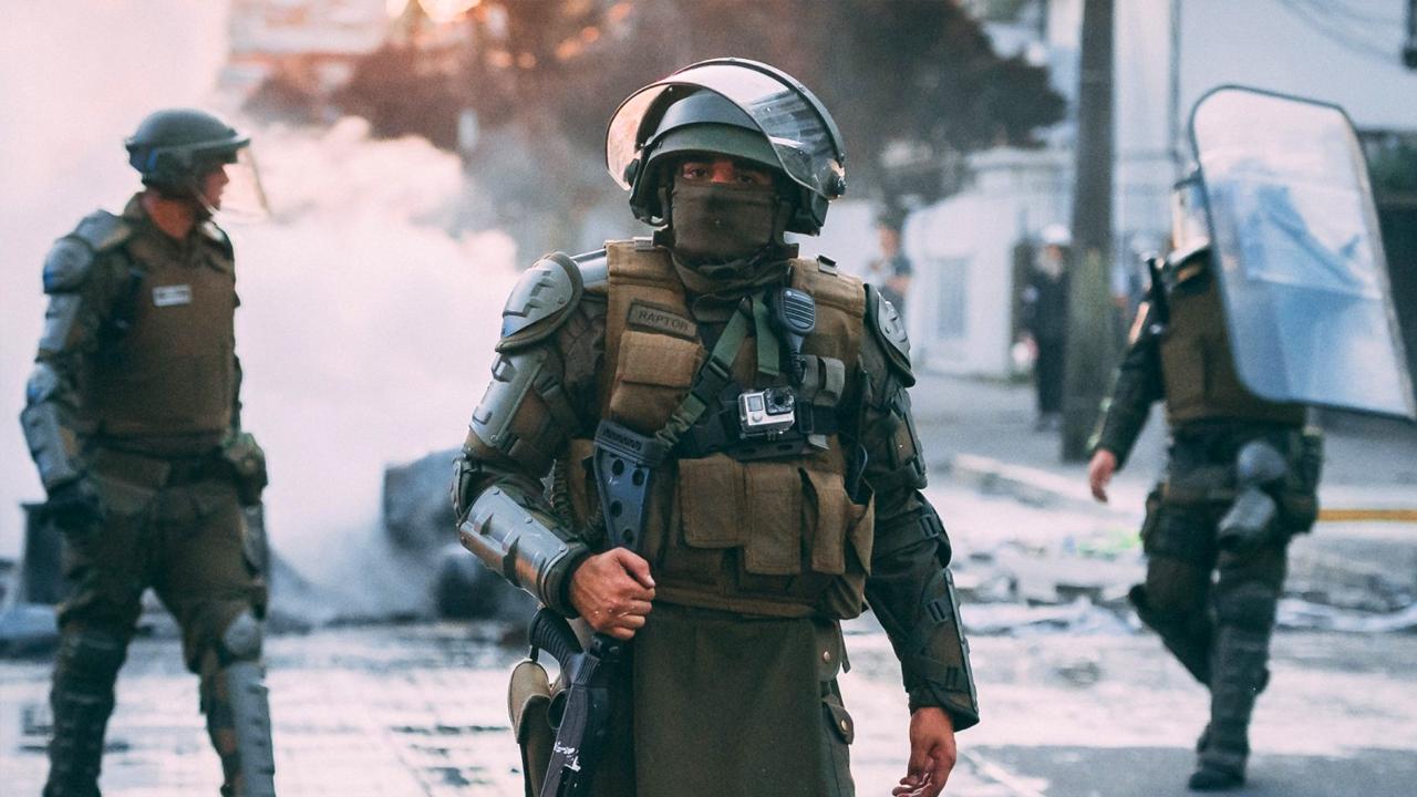 Policías de chile dispersan a manifestantes que protestan en contra del gobierno de Piñera