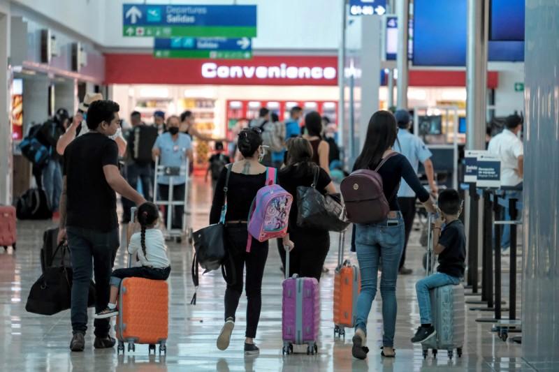 INM realiza servicio expedito a extranjeros que llegan al Aeropuerto de Cancún