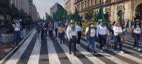 Cientos de mujeres comenzaron su arribo al Zócalo de la Ciudad de México como parte de las marchas por el