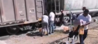 Se lo llevaron todo; rapiñan tráiler cargado de refrescos tras chocar contra un tren