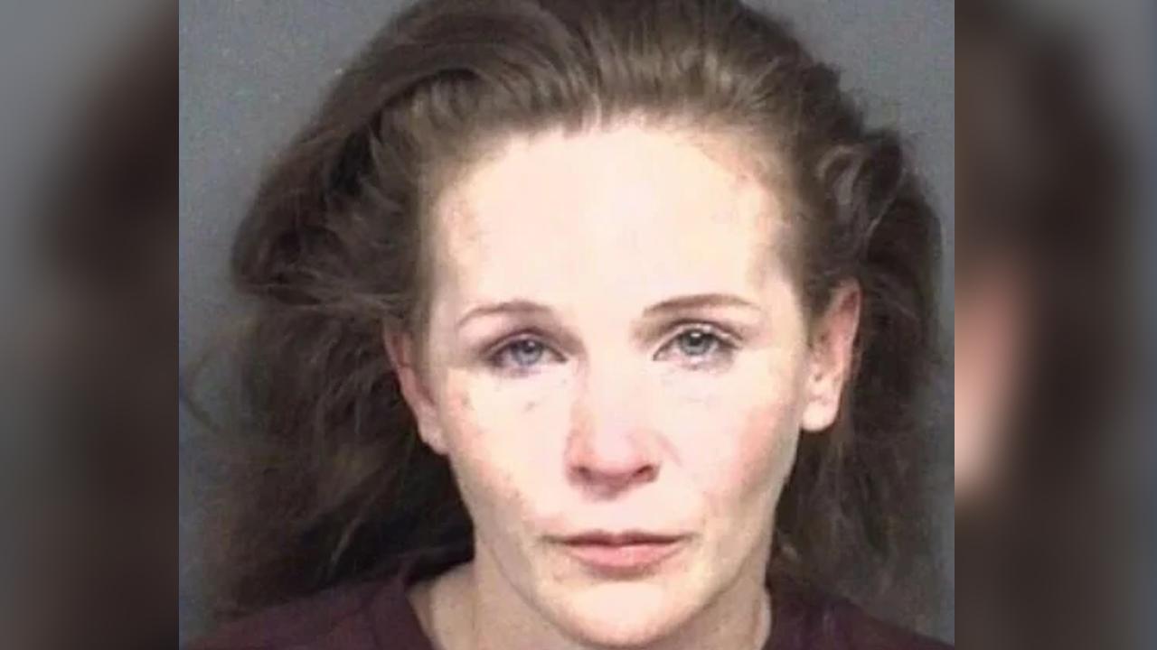 Arrestan a mujer; quiso arrollar con su auto a un grupo de jóvenes