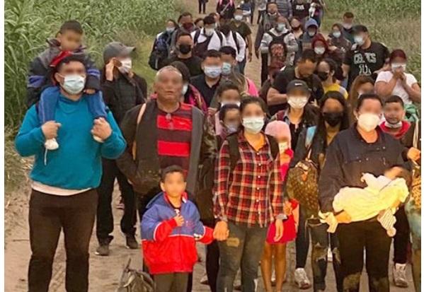 Detienen caravana de 121 migrantes en Eagle Pass