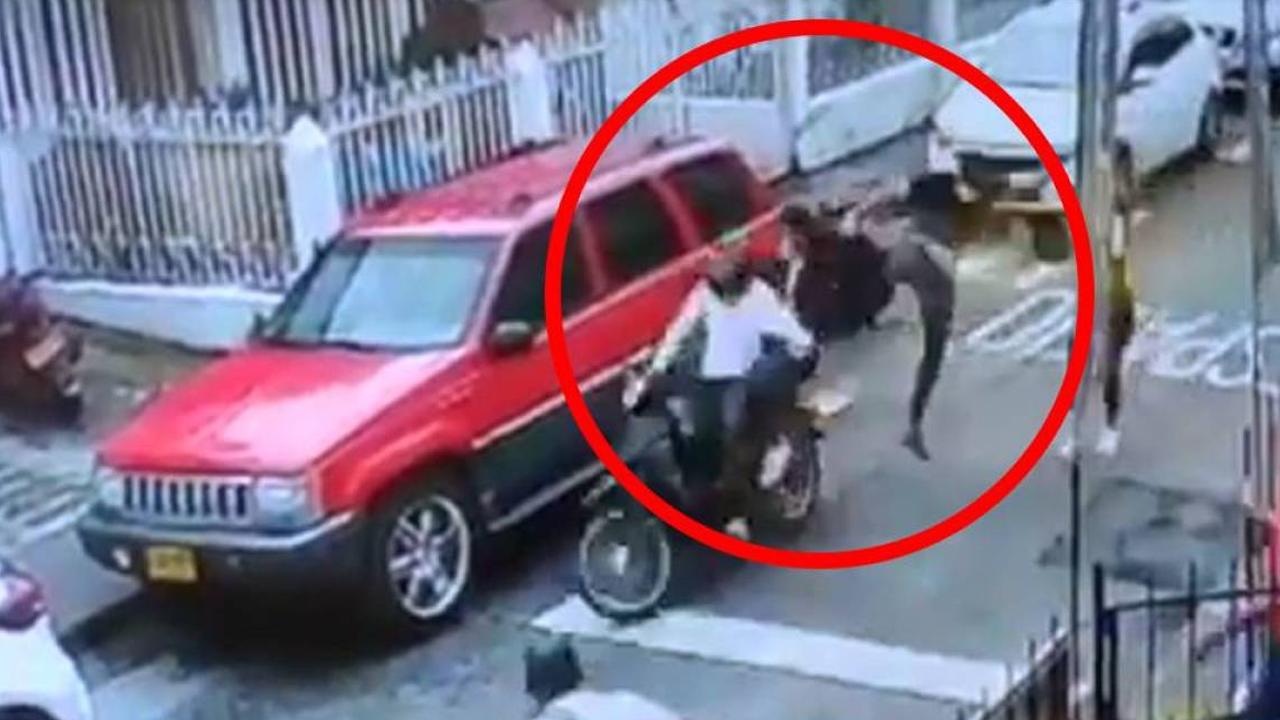 Con una patada voladora, un hombre detiene a dos ladrones