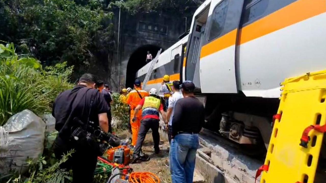 Publican video del momento del descarrilamiento del tren taiwanés que dejó decenas de muertos