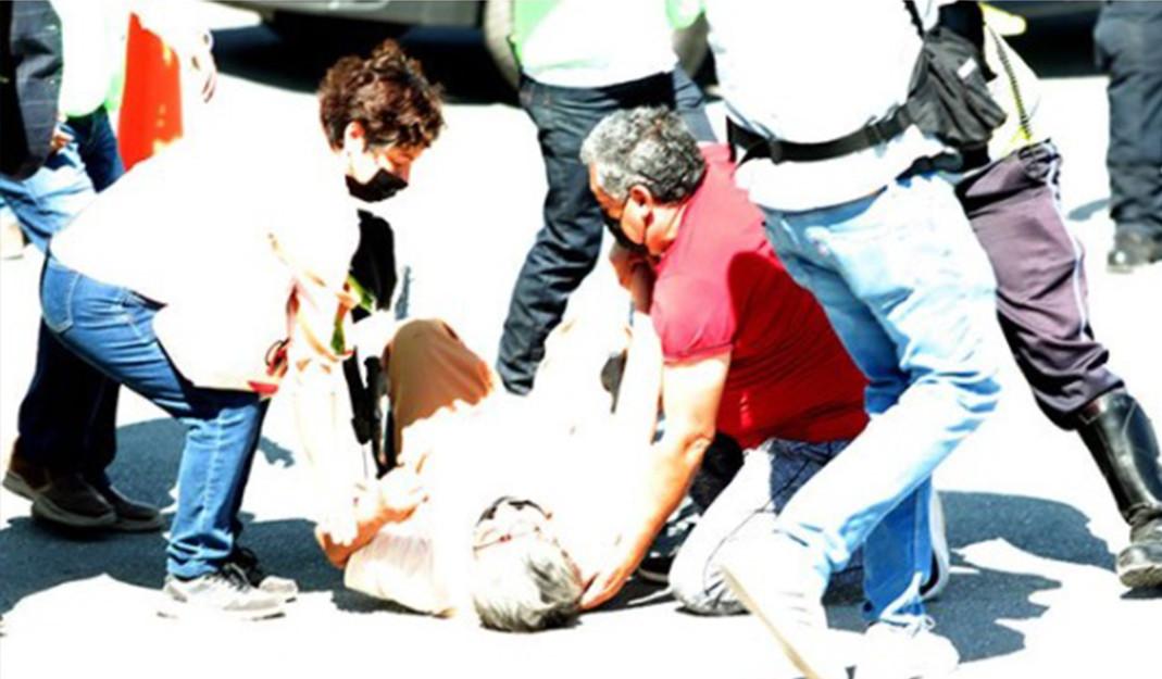 Anciana se cae de su silla de ruedas al querer vacunarse en Saltillo; sigue el caos y desorganización