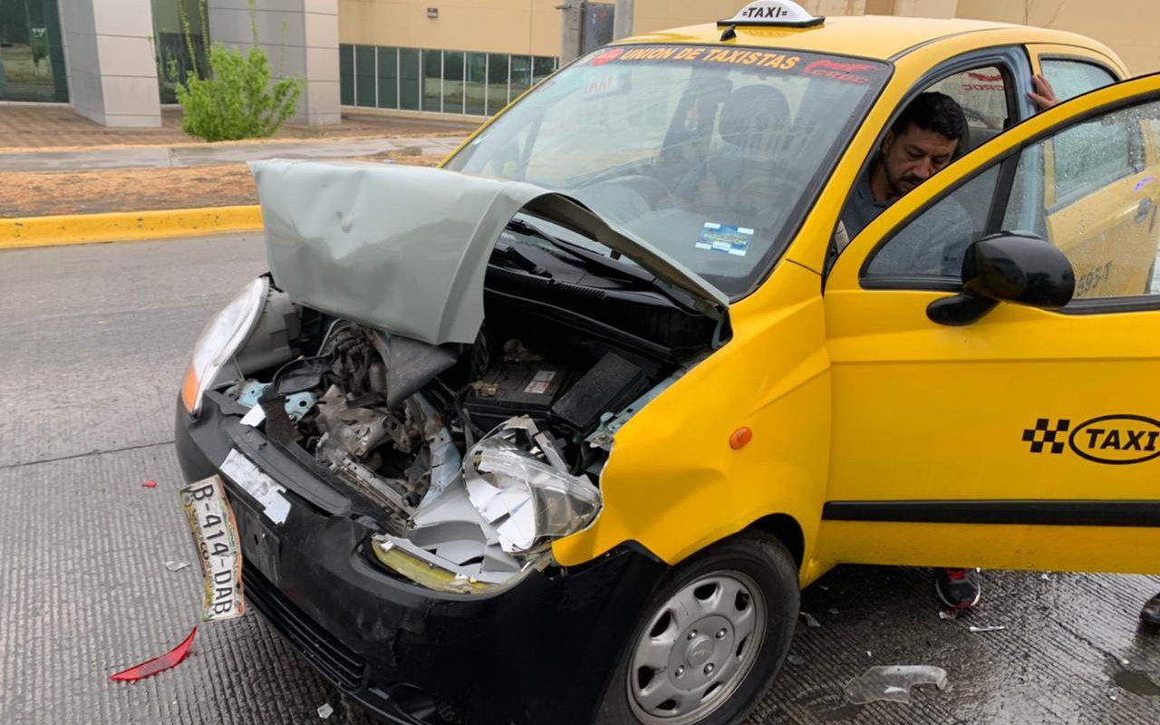 Taxista choca por alcance en Saltillo