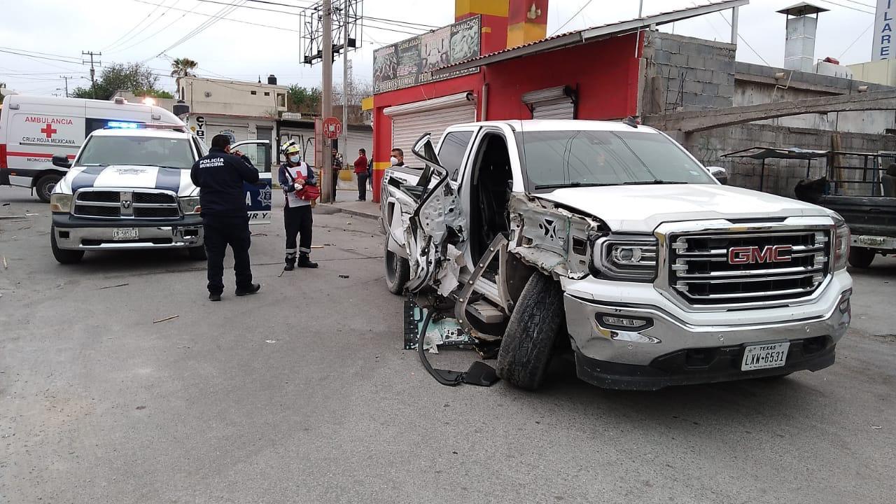 Policiaca: Destroza su GMC tipo Sierra al chocar contra camión estacionado