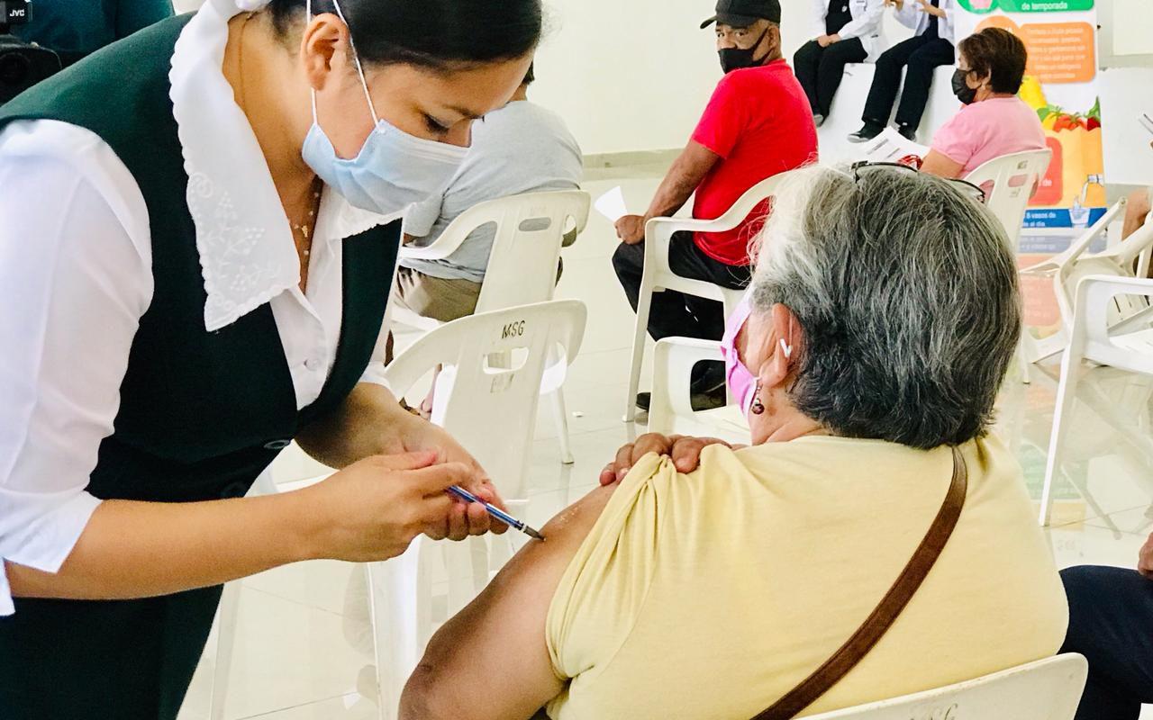 Aplican la segunda dosis anticovid a abuelitos de San Buenaventura