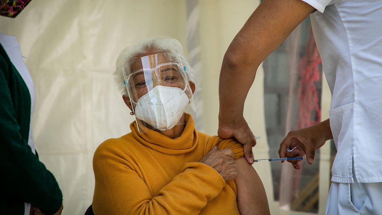 Policiaca: Sufría violencia en casa; abuelita de 85 años pidió rescate en centro de vacunación