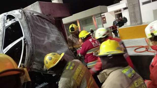 Dos personas mueren tras impactar su camioneta contra caseta en carretera