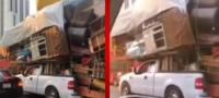 Encargados de una mudanza se viralizan por su ingenioso y arriesgado modo de transportar muebles