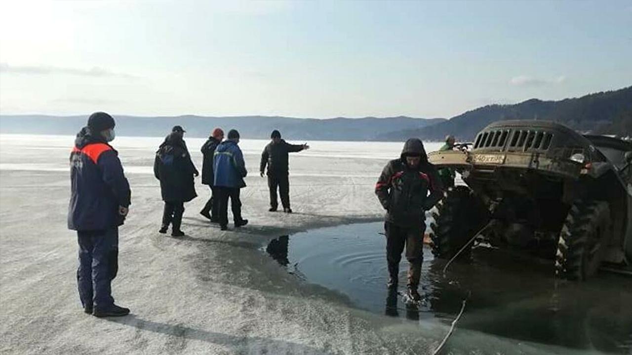 Camión se hunde en lago congelado; los ocupantes ignoraron las advertencias de las autoridades