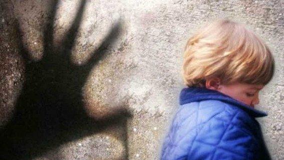 Atrapan a niñera pedófila que compartió al menos 100 fotos y videos de abuso sexual infantil en la web