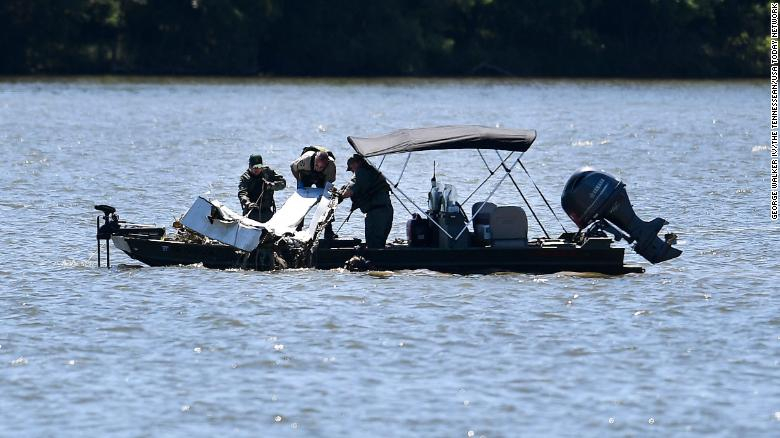 El personal de emergencia retira los escombros del accidente aéreo