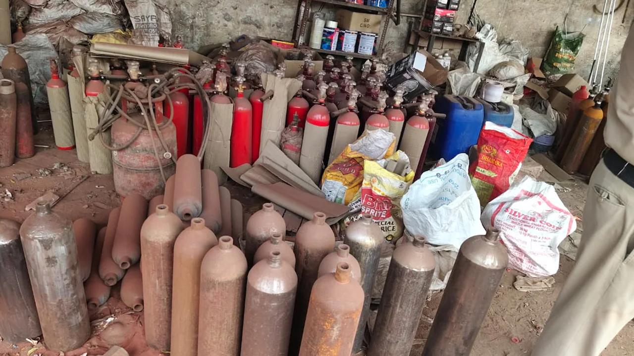 Toman extintores y los hacen pasar por tanques de oxígeno en India