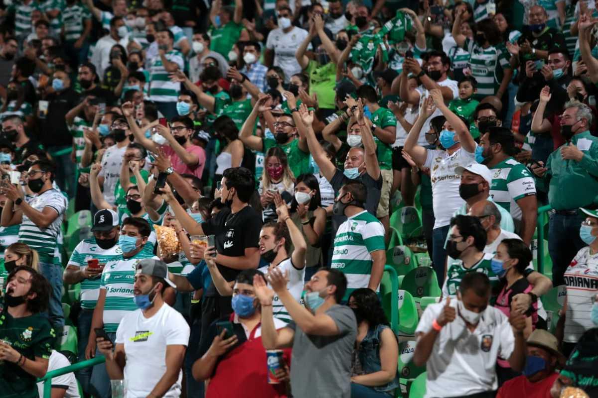 Pelea entre aficionados en el juego Santos vs Cruz Azul