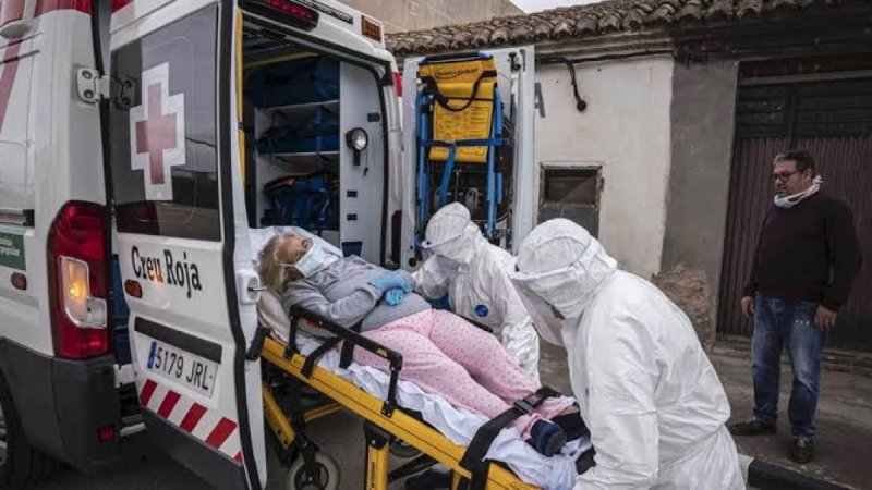 Sin compasión, enfermero agrede salvajemente a una abuelita al interior de un asilo; el momento fue captado en video