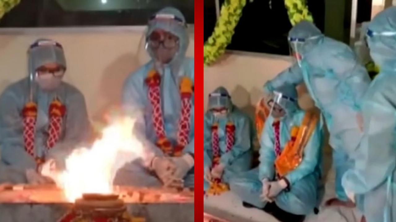 Una pareja de hindús se casa mientras su país está al borde del colapso por la pandemia