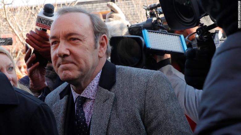 Te sales del anonimato o quitamos los cargos en contra de Kevin Spacey: juez de NY