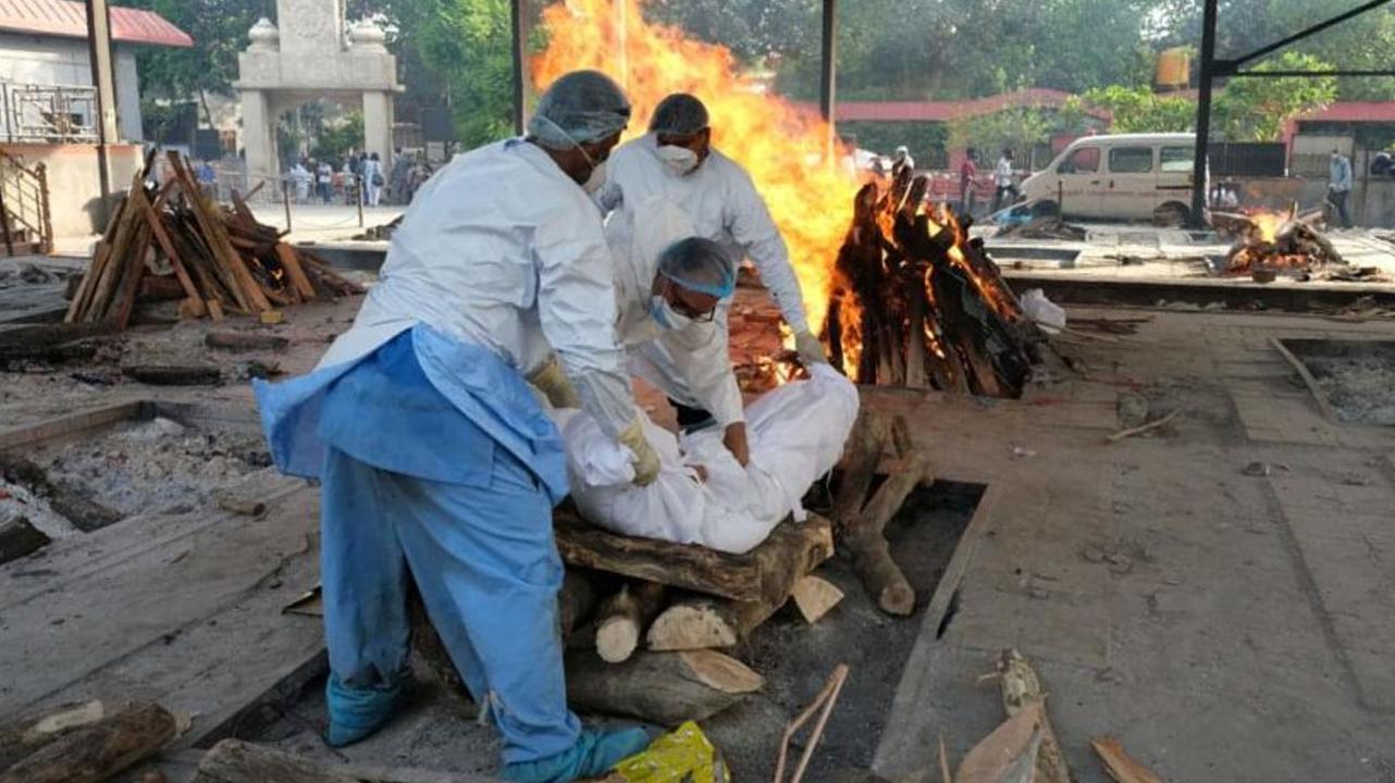 Trabajadores de los crematorios en India piden que se les ponga la vacuna anticovid