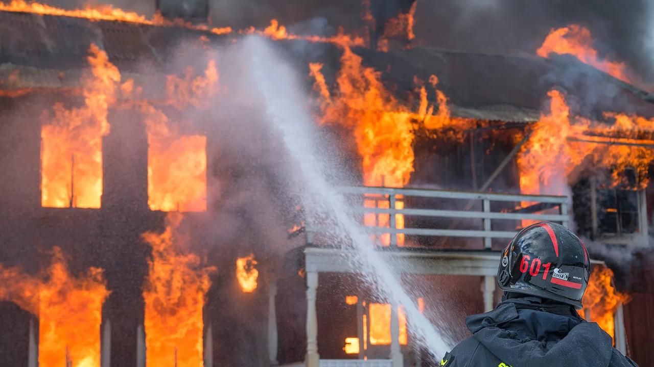 Hombre apuñaló y quemó los cuerpos de su esposa e hijos