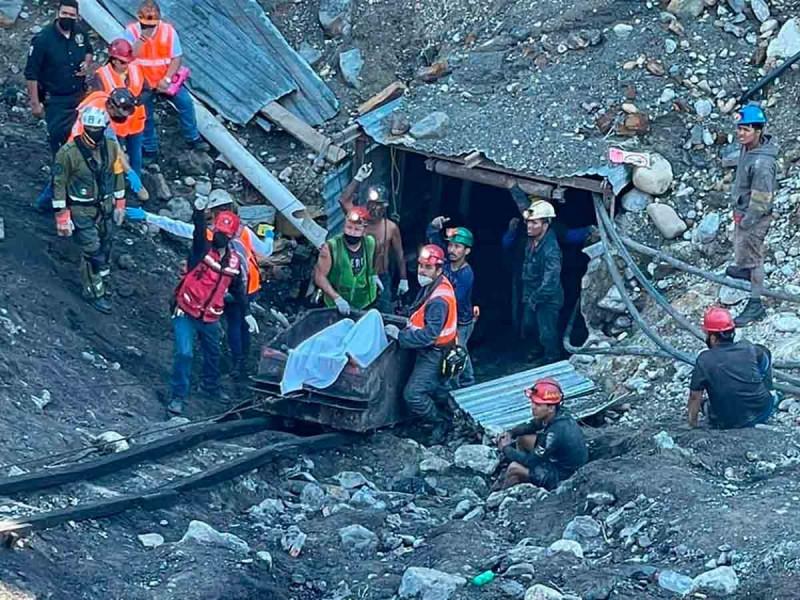 Rescatistas están sin comer en mina de Múzquiz; duermen dos horas y se regresan a ayudar