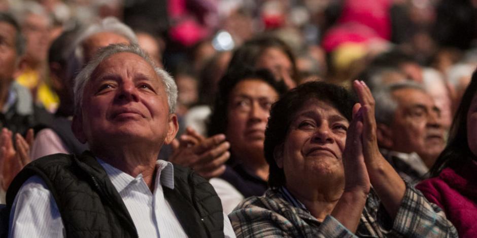 Recibirán abuelitos hasta 6 mil pesos de pensión; presume AMLO aumento en julio