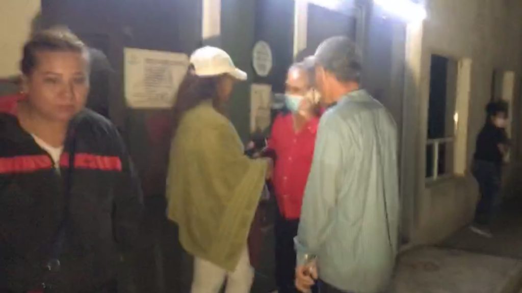 Simpatizantes de MORENA al exterior de la Agencia del Ministerio Público en Monclova