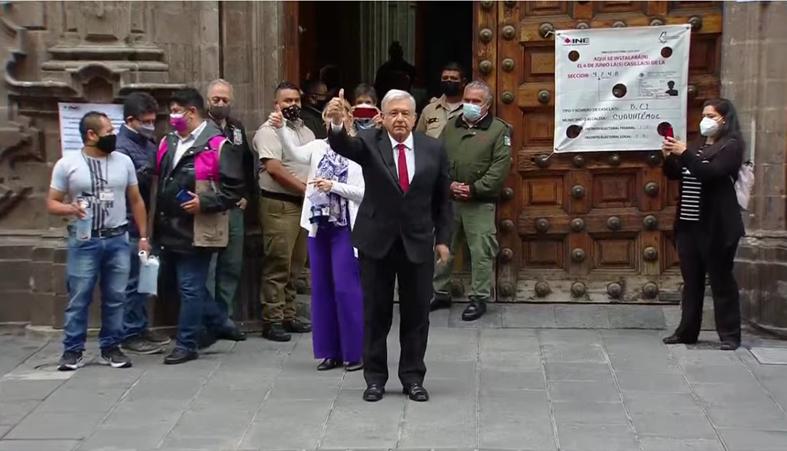 ¡Viva la democracia!: AMLO y Beatriz Müller salen a votar