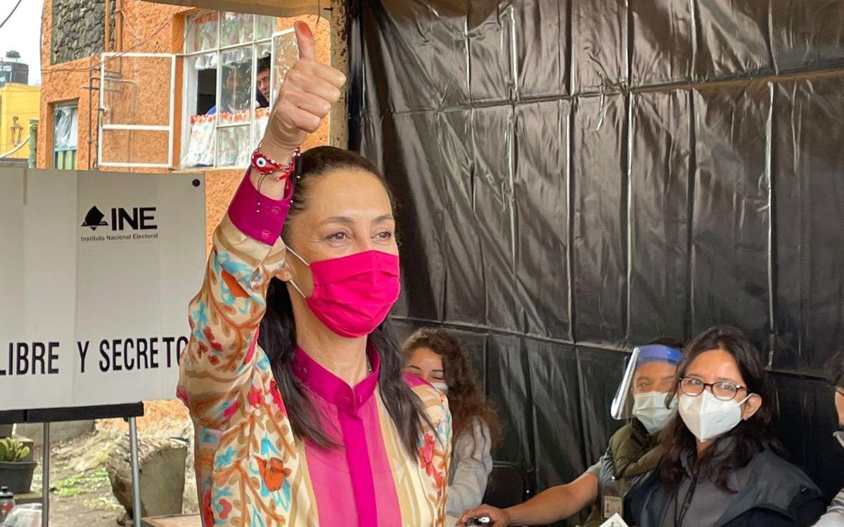¡Viva la democracia!: imita Sheinbaum a AMLO tras emitir voto