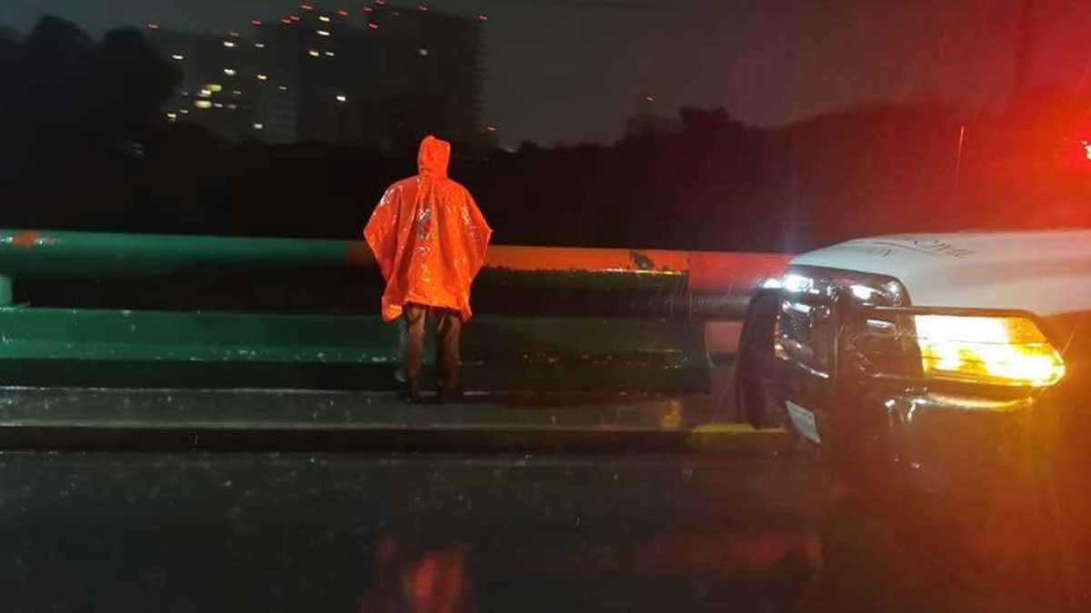 Ernestina salió de casa durante una tormenta y murió; corriente la arrastró abajo de un carro