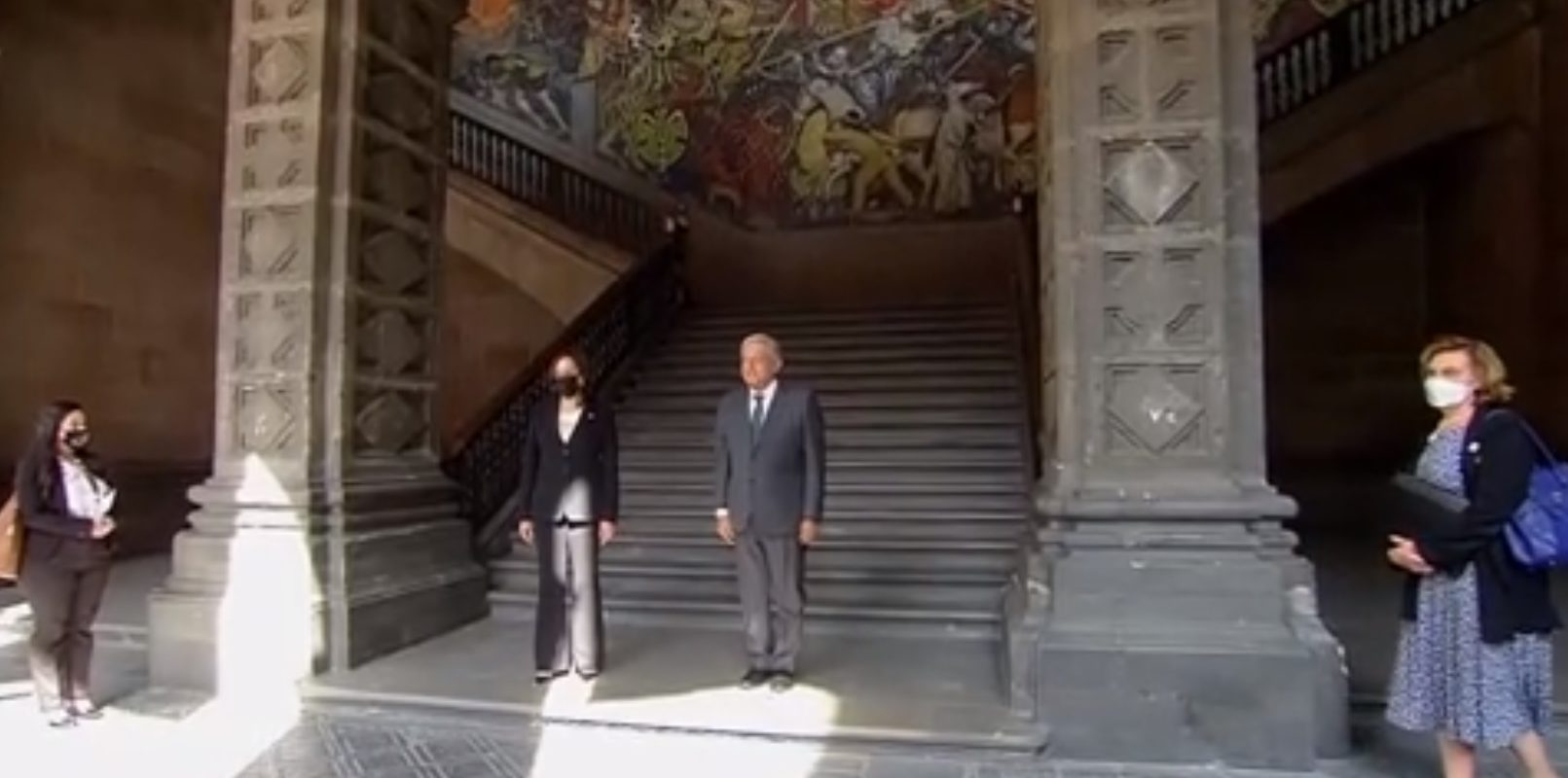¡Mucho gusto!, así saludo AMLO a Kamala Harris tras su llegada en Palacio Nacional