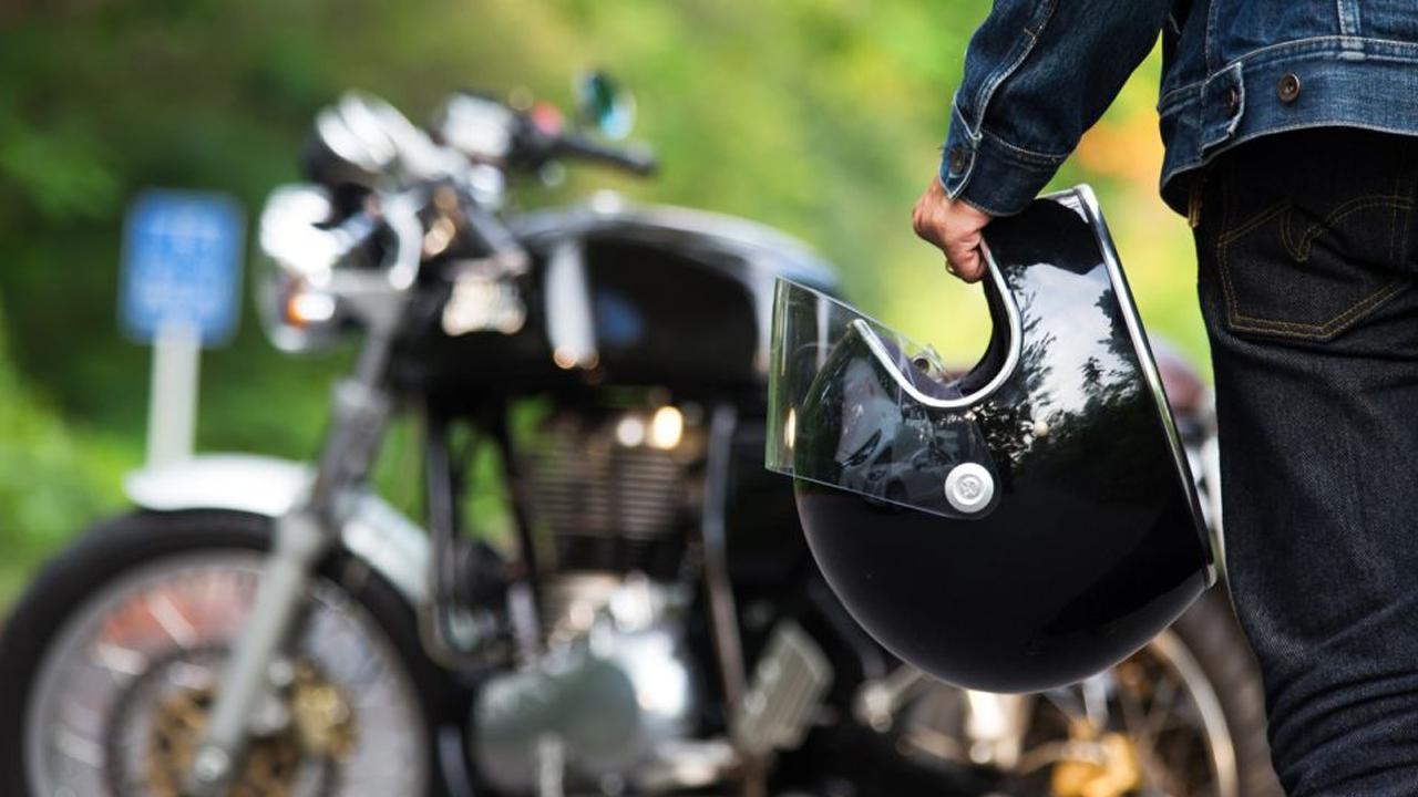Ordenan parar a motociclista, este desenfunda un arma de fuego y dispara contra policías