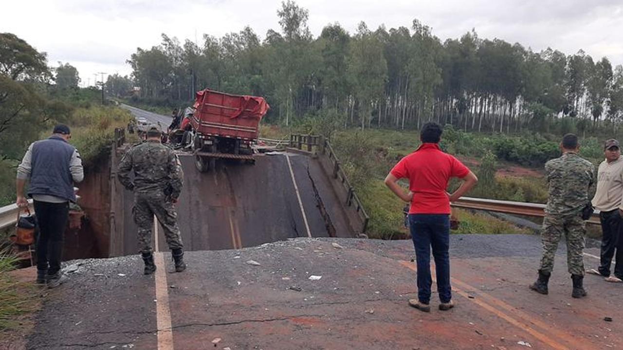 Puente se divide por la mitad y causa la muerte de varias personas en Paraguay