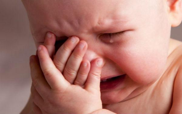 Policiaca: Sujeto desquiciado arremete contra bebé de 8 meses; quería matarlo a golpes