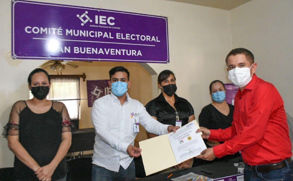 Entrega IEC constancia de mayoría a Hugo Lozano como Alcalde Electo de San Buenaventura