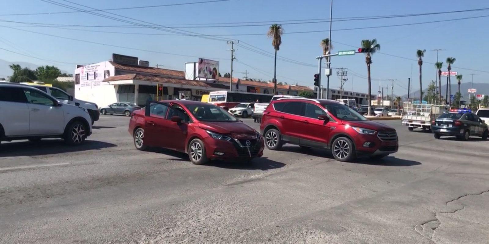 Policiaca: Texano se pasa semáforo en rojo y provoca choque carambola en el Bulevar Pape de Monclova