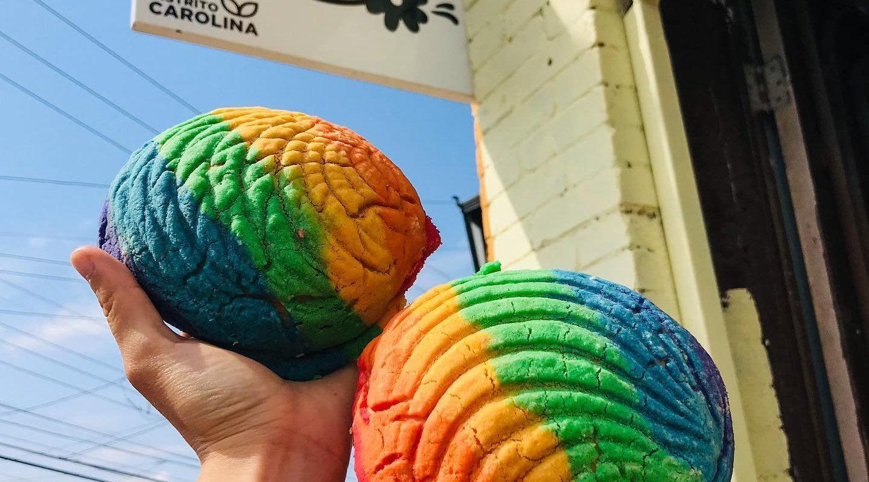 Conchas de colores; panadería saltillense conmemora el mes del orgullo LGBTTTIQ