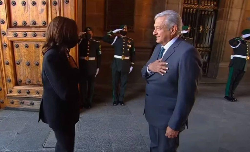 """Presidenta, Kamala, mucho gusto"""", dijo el presidente con la mano derecha en el pecho"""