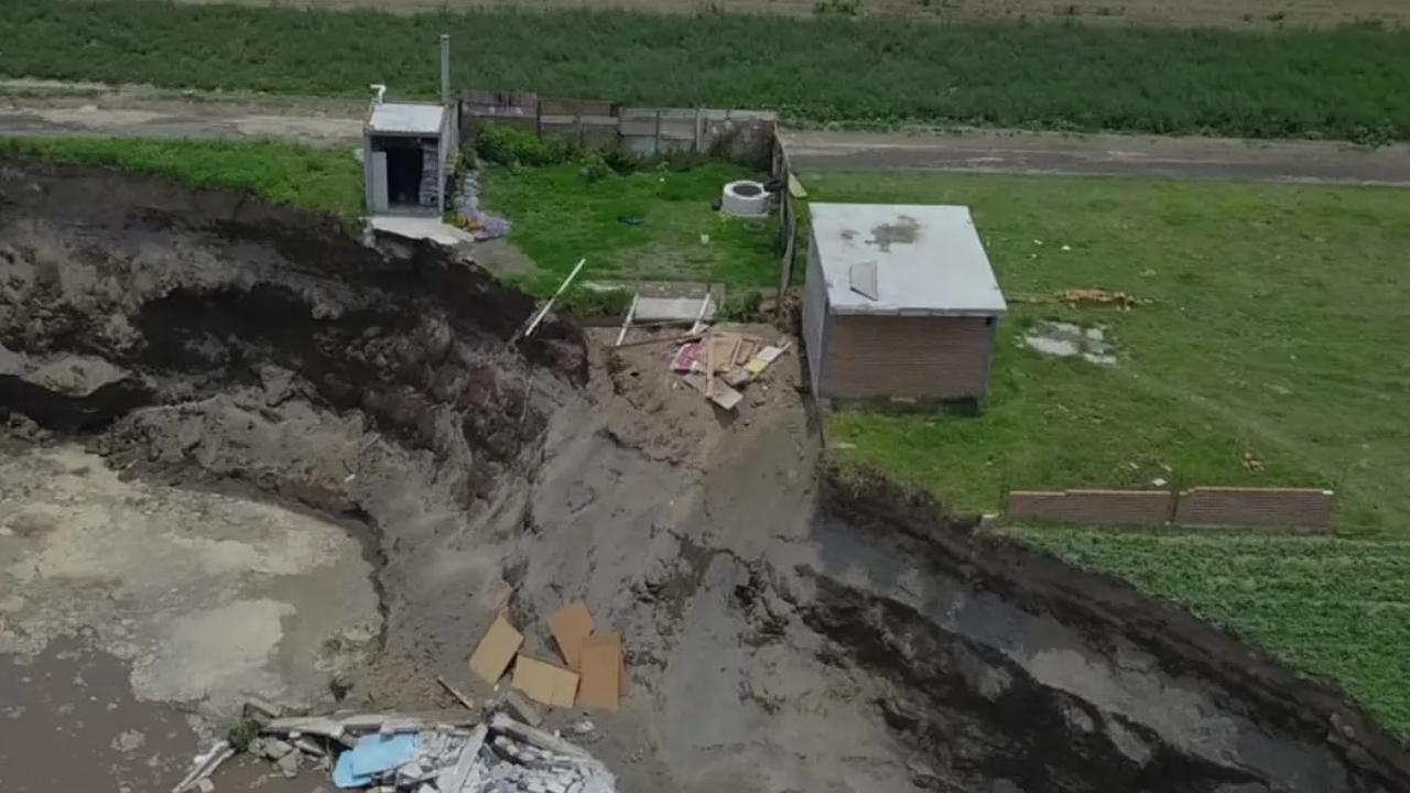 El 'gigantesco socavón' de Puebla devora la casa de una familia mientras continúa creciendo
