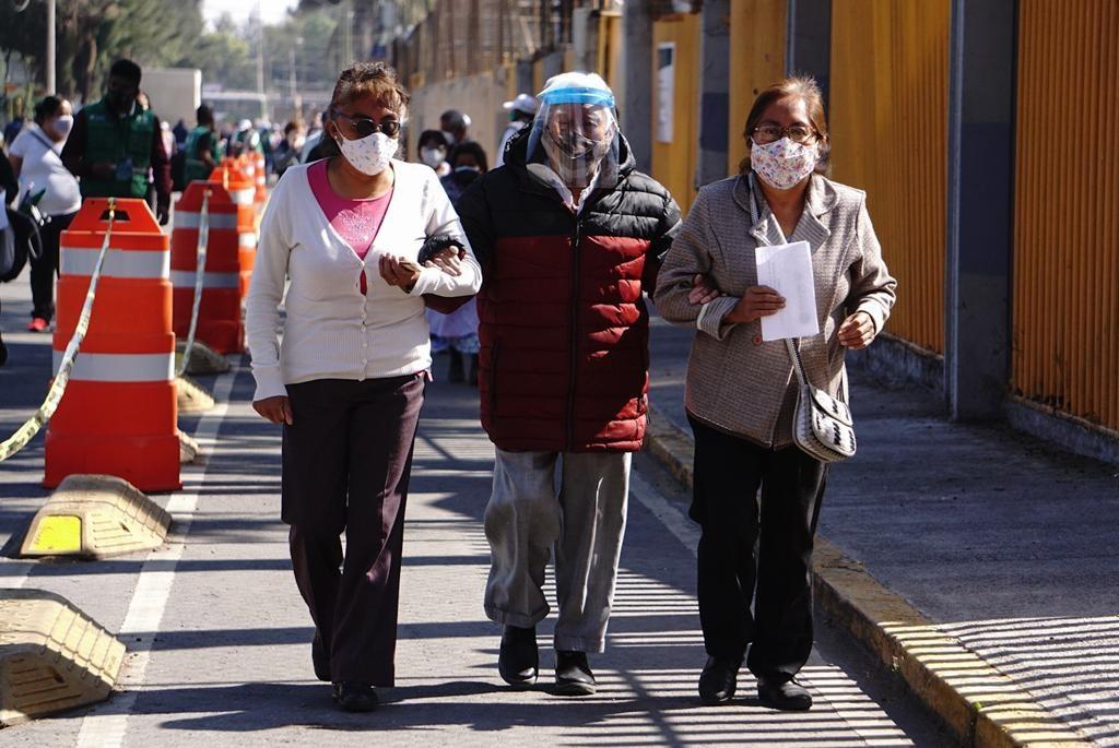 México rompe récord de vacunación, 816 mil dosis en un día: Gatell