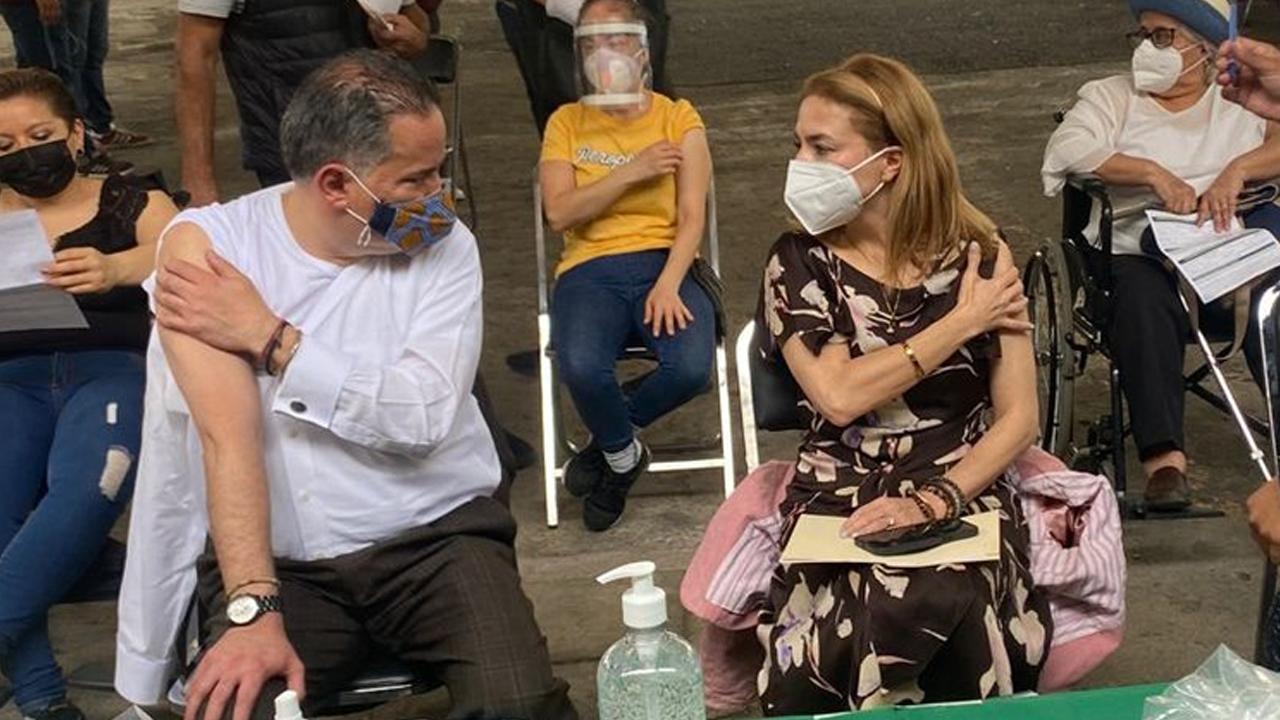 Santiago Nieto y Carla Humphrey acuden a vacunarse contra el coronavirus