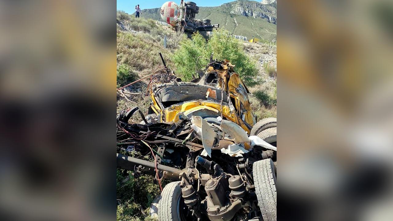 Policiaca: Trailero fallece en la Saltillo-Monterrey; cayó en barranco tras chocar con pipa