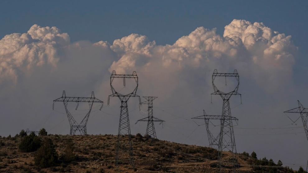 Incendios forestales en EU amenazan el suministro de electricidad en California y Oregón