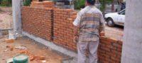 Fronterense se adueña de la banqueta y construye barda; 'se le voy a tumbar', advierte vecina