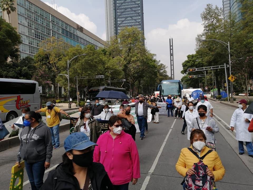 Catalogan de ineptos y faltos de sensibilidad a funcionarios del IMSS, los jubilados y pensionados en plantón en Paseo de Reforma
