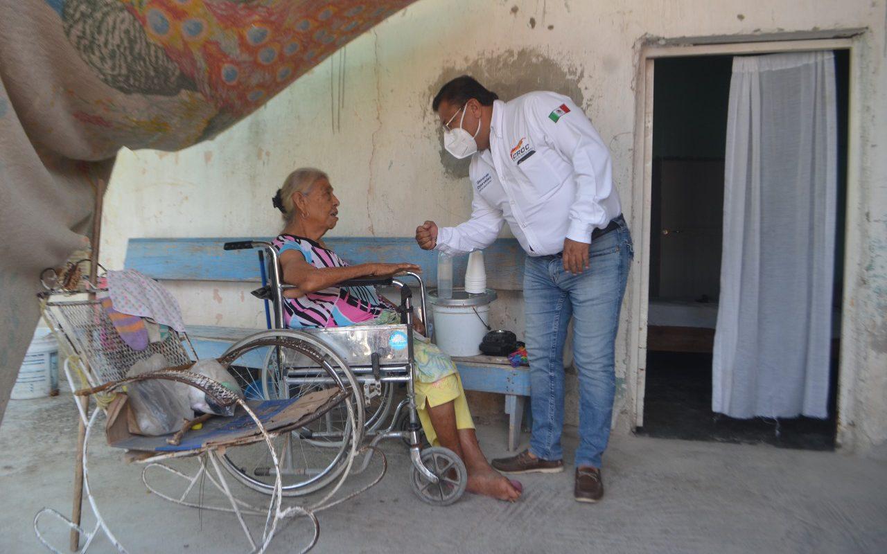 Doña Juana urgía de una silla de ruedas para trasladarse; la CROC le cumplió su anhelo