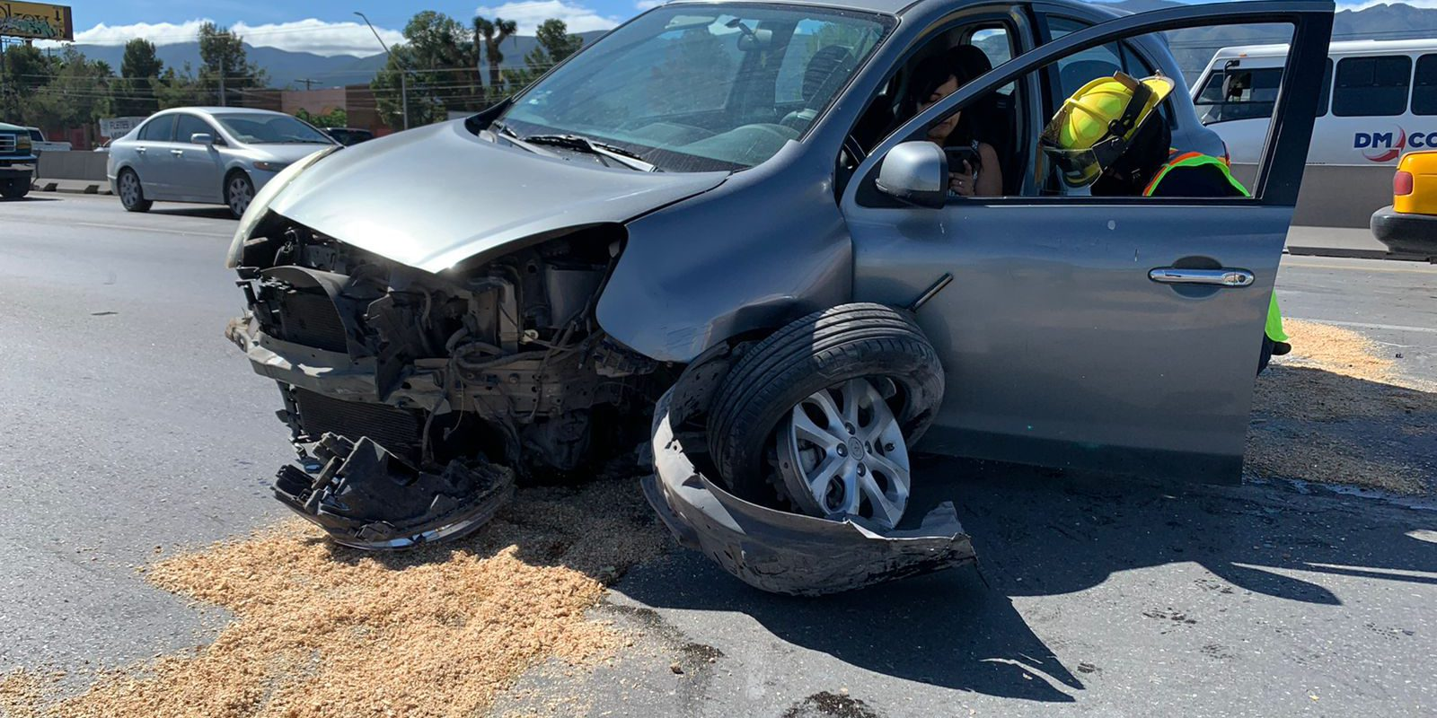 Se queda a pie; destroza carro por ir a exceso de velocidad