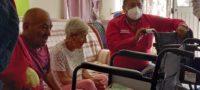 Apoya la CROC a Doña María; le donaron silla de ruedas a abuelita en Frontera