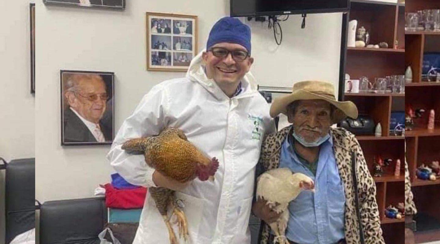 Tierno abuelito de escasos recursos pagó tratamiento médico con dos gallinas: Se las regaló al doctor por su gran labor